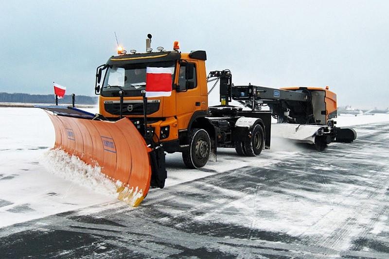 На подходах к Крымскому мосту дежурит снегоуборочная техника