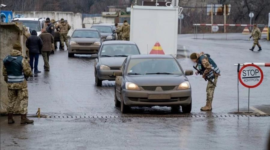 Украинское руководство приказало забирать на КПВВ мужчин из ЛДНР