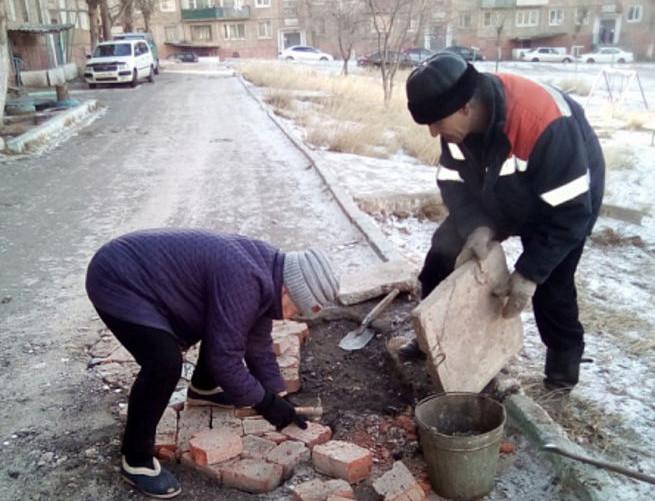 Баба Вера из Бурятии устала ждать дорожников и сама заделала яму