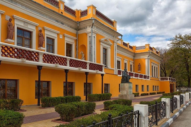 Власти Крыма пообещали дать на реконструкцию галереи имени Айвазовского 100 миллионов рублей