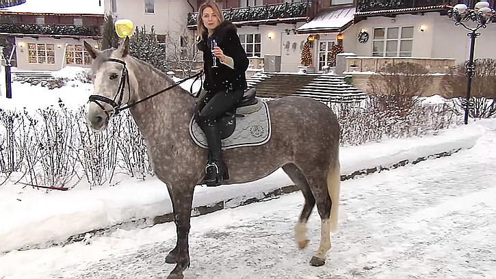 ForPost - Новости : Поклонская верхом на коне поздравила россиян с Новым годом