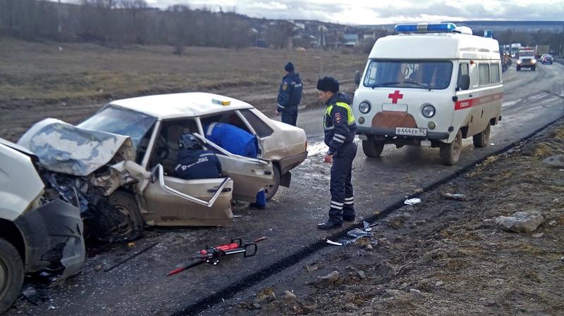 На трассе в Крыму вдрызг разбилась легковушка