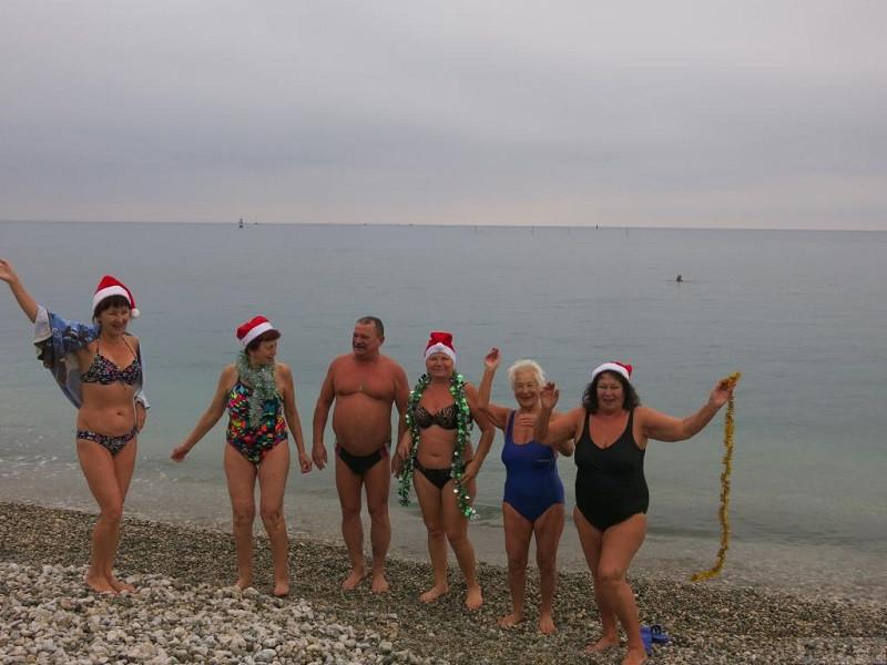 Морским купанием отметили новый год моржи Феодосии