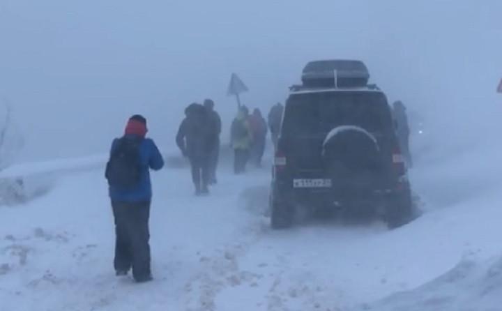 На крымской горе, куда поехали сотни человек, сошли лавины