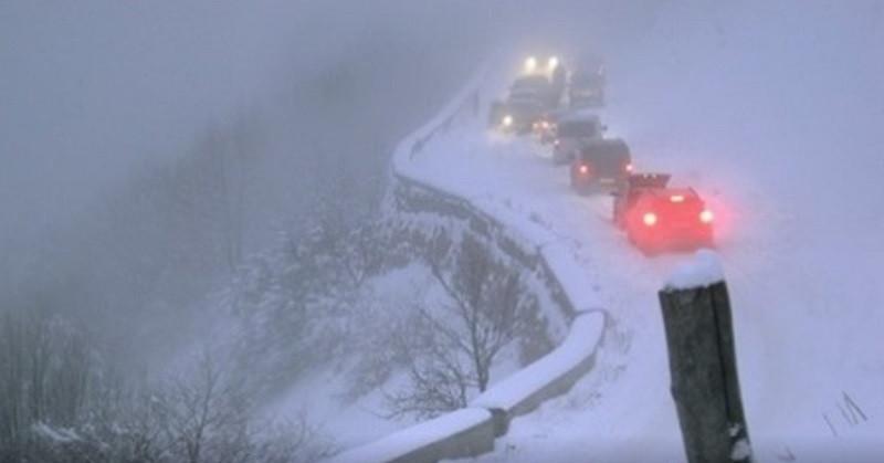 На занесённой снегом Ай-Петри работают спасатели