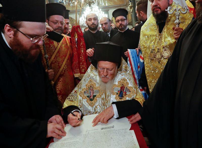 Патриарх Варфоломей подписал томос об автокефалии новой церкви Украины