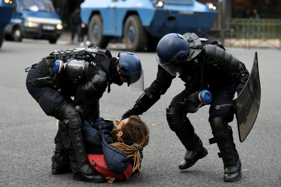 Во Франции задержали 35 человек за поджог здания оператора платных дорог