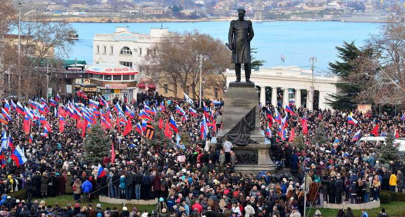 Венки и триколоры: неудобный праздник теперь планируют в правительства Севастополя
