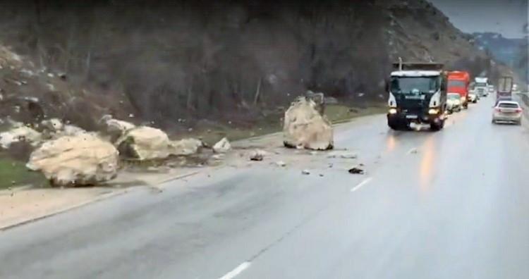 На трассу Севастополь – Бахчисарай упало 7 тонн скалы