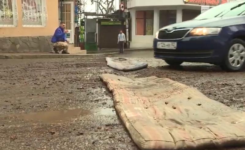 ForPost - Новости : Жители Крыма отремонтировали дорогу старыми матрасами