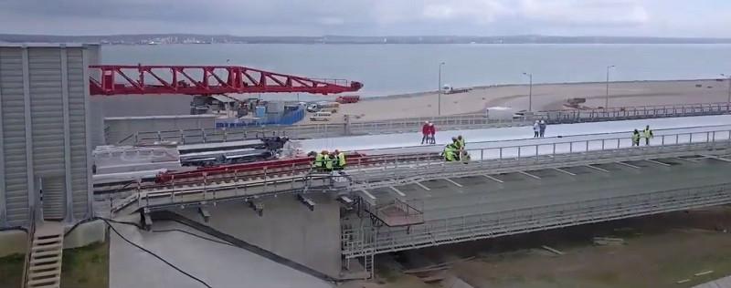 ForPost - Новости : На Крымском мосту начали укладку рельсов со стороны Керчи