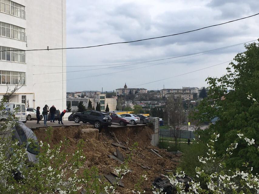 ForPost - Новости : В Севастополе провалился грунт вместе с автомобилями