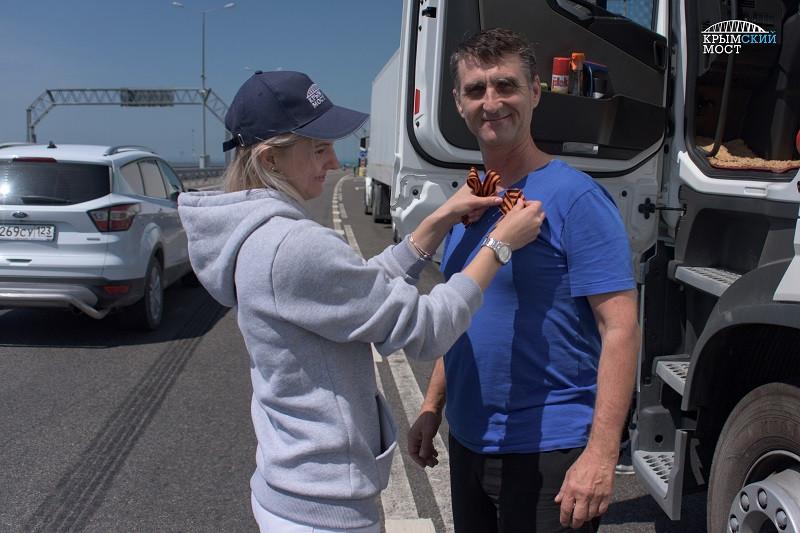 ForPost - Новости : Больше 6000 георгиевских лент раздали на Крымском мосту
