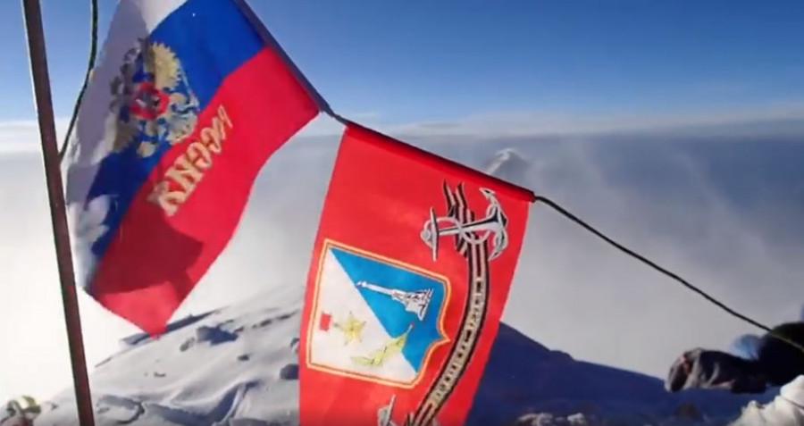 ForPost - Новости : Снежный барс Юрий Круглов водрузил флаг Севастополя на Эвересте