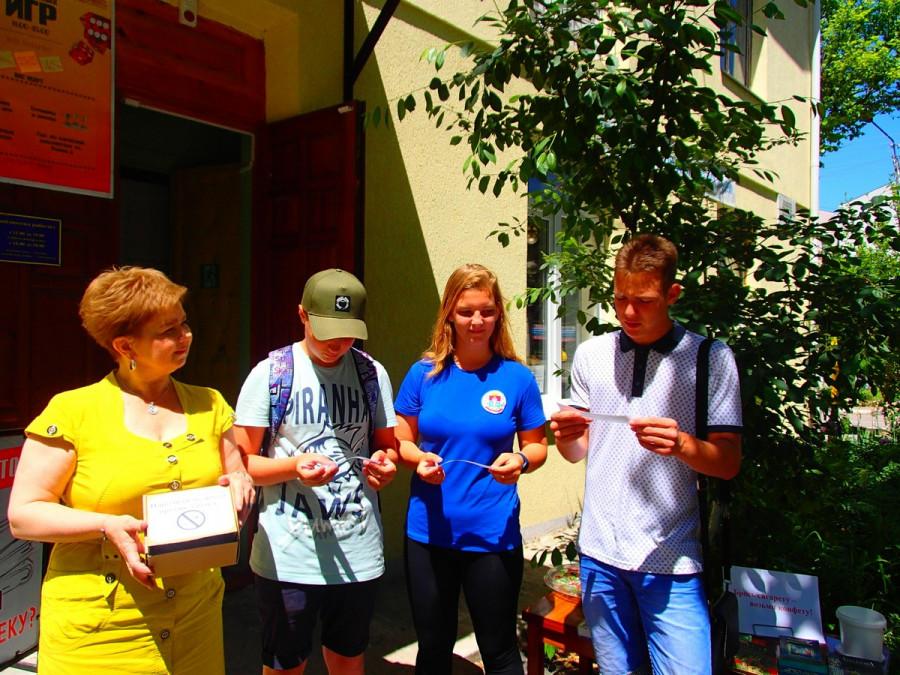 ForPost - Новости : В Севастополе курильщиков направляли к ЗОЖ книгами и конфетами