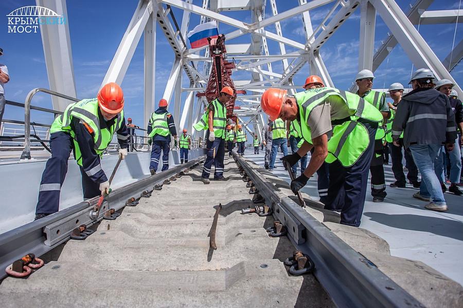 ForPost - Новости : Берега соединились: На Крымском мосту состыковали звенья железной дороги