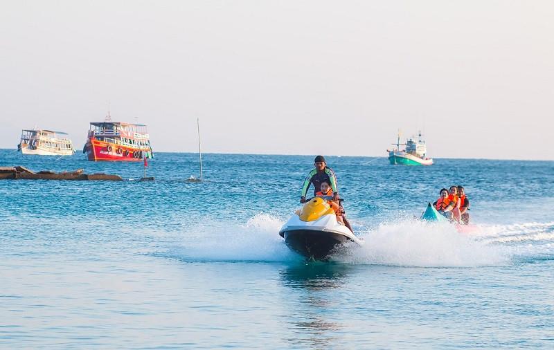 ForPost - Новости : В Крыму 14 человек на банане бросили в открытом море
