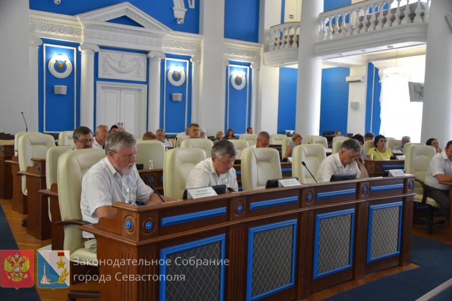 ForPost - Новости : Герб и флаг Севастополя: скандал и митинг под стенами заксобрания