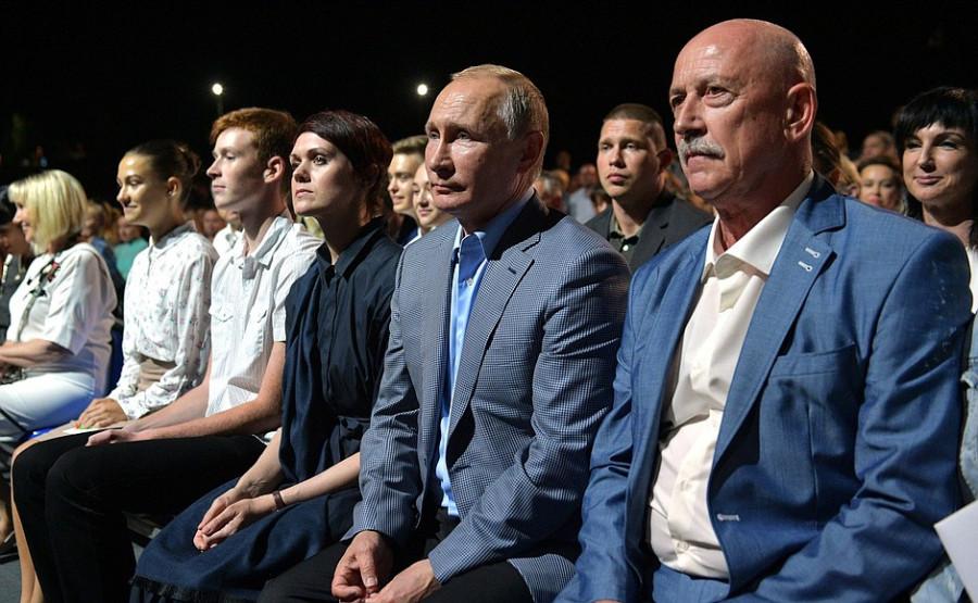ForPost - Новости : Посмотрел спектакль и узнал о комплексе на мысе Хрустальном — что делал Путин в Севастополе
