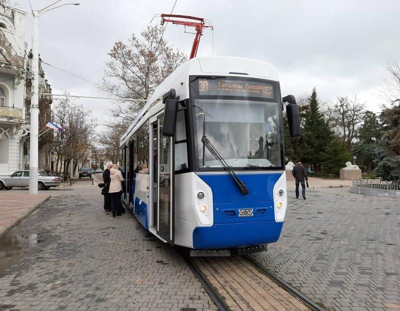 ForPost - Новости : Суперсовременный трамвай вышел на линию в Евпатории и сразу же застрял