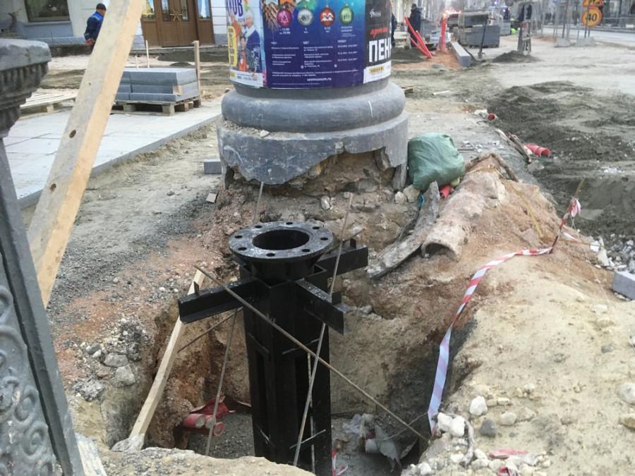 ForPost - Новости : Рабочие с Большой Морской чуть не уничтожили полувековые афишные тумбы