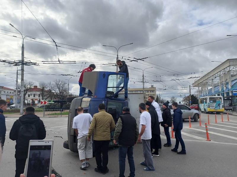 ForPost - Новости : Грузовик перевернулся на площади Восставших в Севастополе
