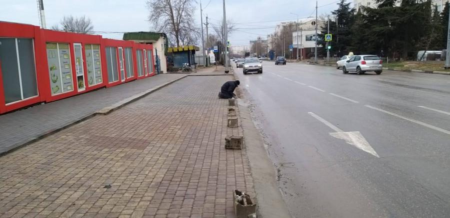 ForPost - Новости : В Севастополе к загадочным ларькам проложили незаконные подъезды