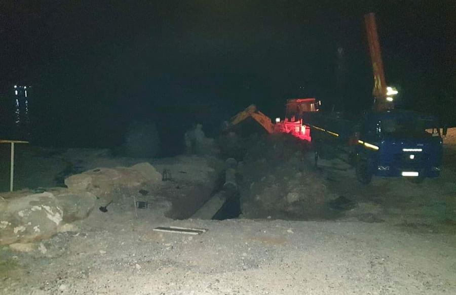 ForPost - Новости : Фотофакт. На пляже у севастопольского отеля «Аквамарин» ночью ведутся земляные работы