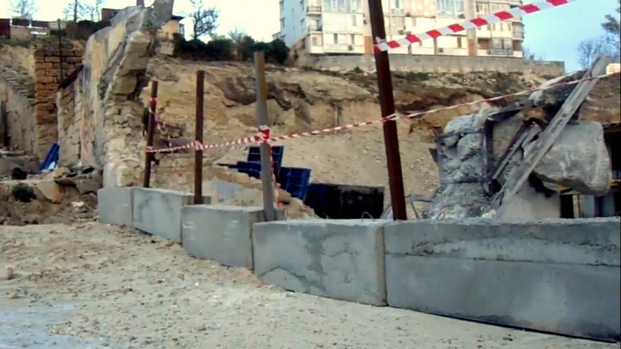 ForPost - Новости : Ещё одна стена севастопольского бастиона рушится на мысе Хрустальном
