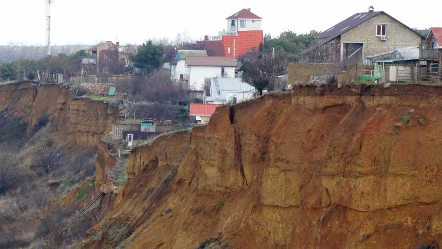 ForPost - Новости : Севастопольских дачников уберут с оползня на пляже