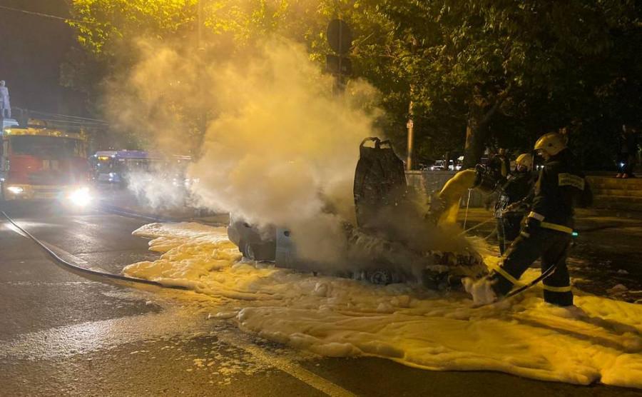 ForPost - Новости : В центре Севастополя сгорел автомобиль
