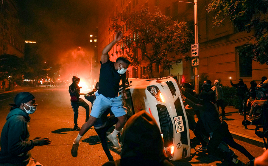 ForPost - Новости : Америка в огне: коленопреклонённая полиция и массово одобряемое мародёрство