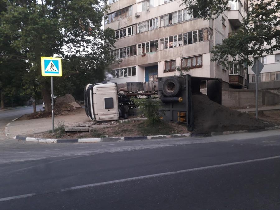 ForPost - Новости : Приуныл: на Северной стороне Севастополя опрокинулся груженый самосвал