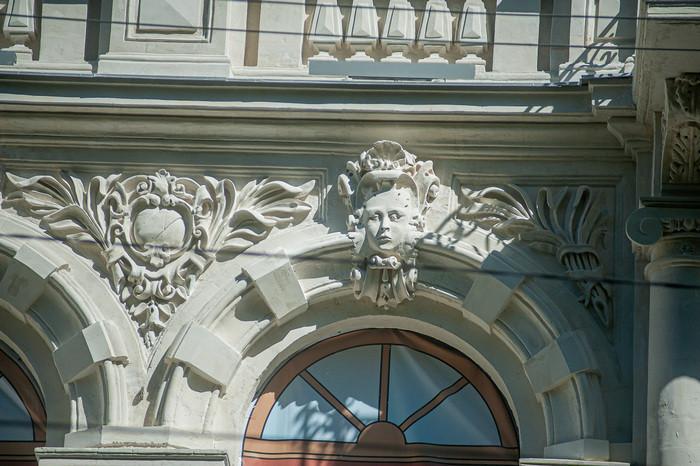 ForPost - Новости : «Потолстевшие» маски на фасаде музея Крошицкого ещё могут похудеть