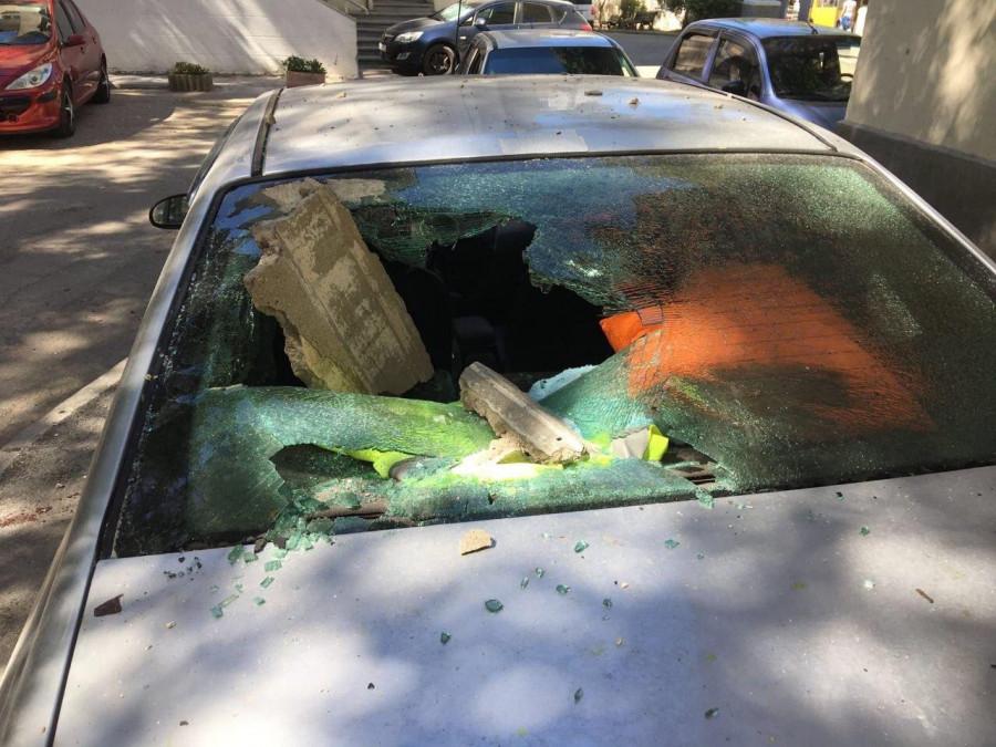 ForPost - Новости : В центре Севастополя на машину обрушился балкон