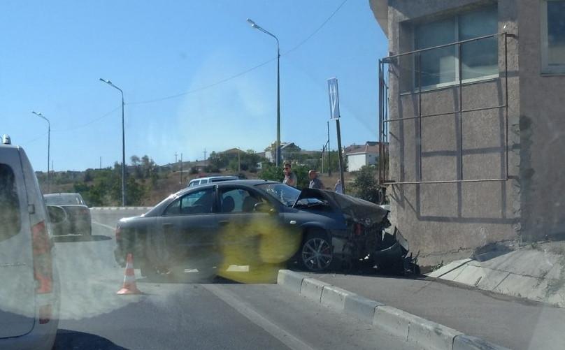ForPost - Новости : В Севастополе грузовик направил Nissan в стену дома