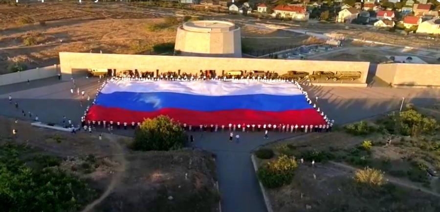 ForPost - Новости : На 35-й батарее в Севастополе развернули самый большой флаг России