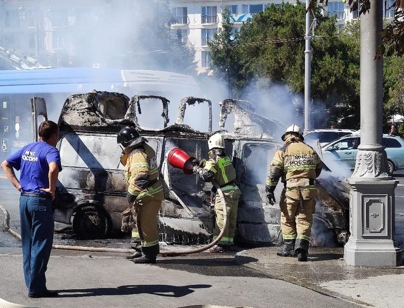 ForPost - Новости : В центре Севастополя сгорел микроавтобус