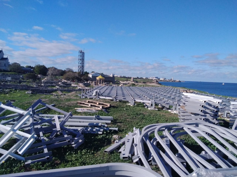 ForPost - Новости : В Херсонесе монтируют металлоконструкции вблизи древнего городища