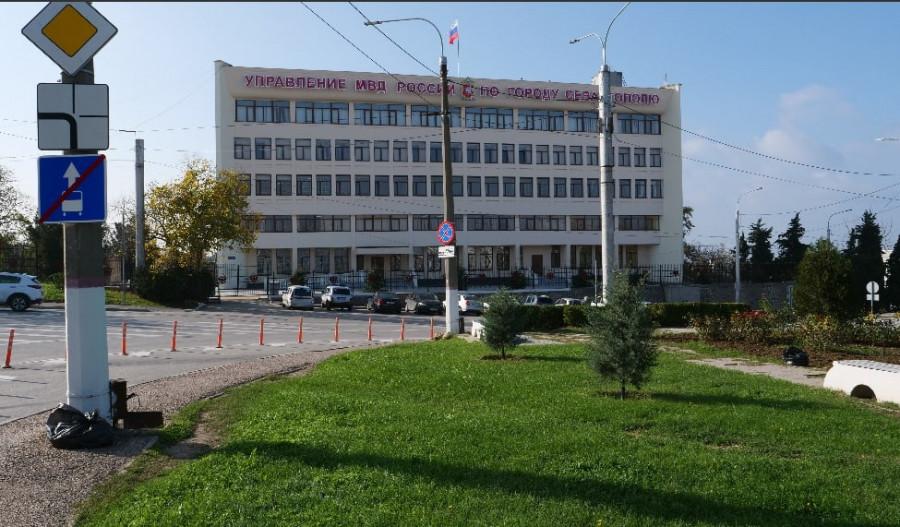 ForPost - Новости : На площади Восставших перед зданием УМВД в Севастополе снесли все старые ели