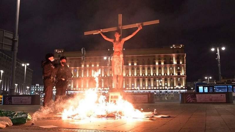 ForPost - Новости : Распятого активиста подожгли на кресте напротив ФСБ на Лубянке