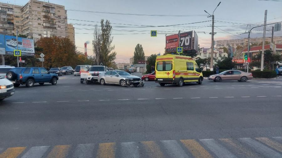 ForPost - Новости : Севастопольский водитель одним махом врезался в скорую и в машину спасателей