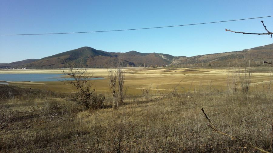 ForPost - Новости : «Превращается в помойку»: в Чернореченском водохранилище снова увидели нечистоты