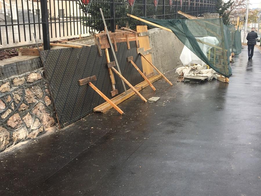 ForPost - Новости : Будет ещё красивее: Подпорную стену под елями на Восставших замазывают цементом