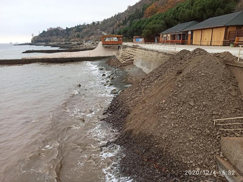 ForPost - Новости : В Крыму галечный пляж пытались расширить землей