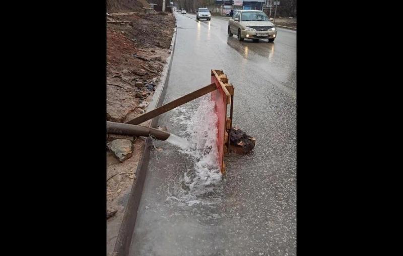ForPost - Новости : В столице Крыма вместо кранов воду подают на дороги