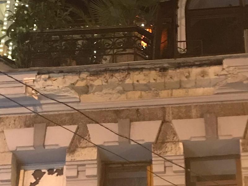 ForPost - Новости : В Крыму со старинного здания на прохожих рухнул карниз