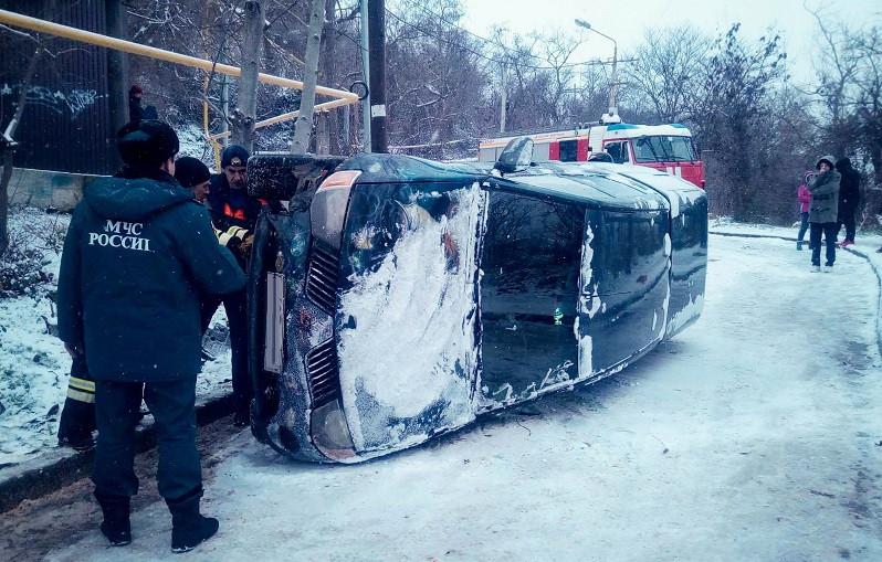 ForPost - Новости : В Севастополе перевернувшийся автомобиль уехал с места ДТП
