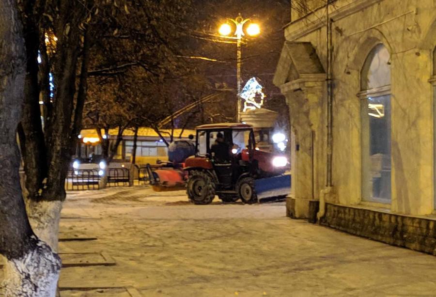 ForPost - Новости : На отсыпку скользких дворов Севастополя брошены лучшие силы