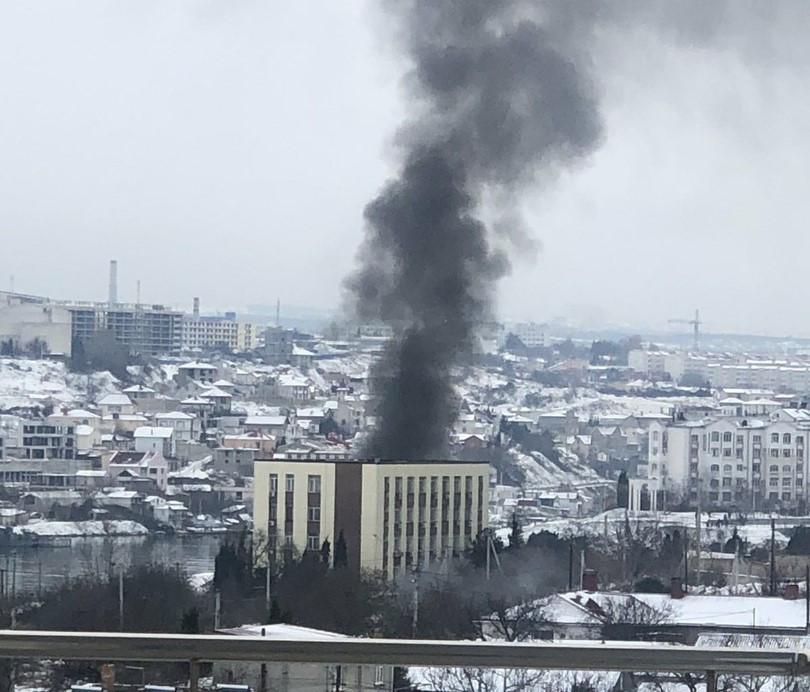 В Севастополе загорелся списанный корабль Черноморского флота